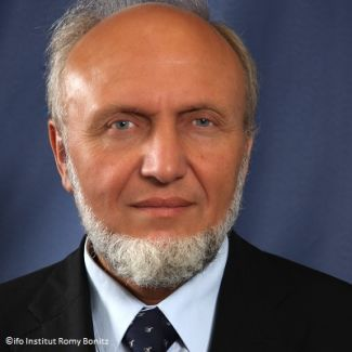 Hans–Werner Sinn held the Chair of Economics at the LMU University in Munich until 2016. He has also gained international recognition as a result of numerous periods of research and guest professorships; he teaches at, amongst others, the London School of Economics, Princeton University, and the University of Oslo. He has conducted research in a number of areas, such as globalisation and emerging markets and demographic change.